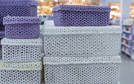 Knitted boxes for trifles in a shop window. 免版税图像