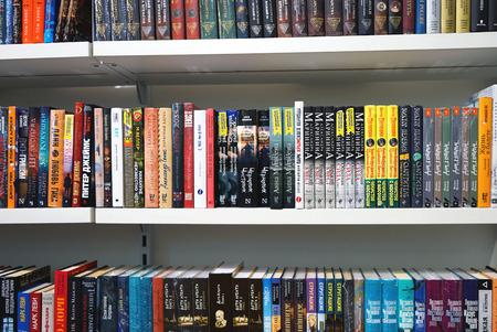 Bücherregale mit Reihen von schön platzierten Büchern. Editorial