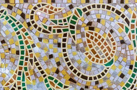 Mosaico de baldosas de cerámica con adornos florales. Fondo y textura de mosaico de baldosas cerámicas. Foto de archivo