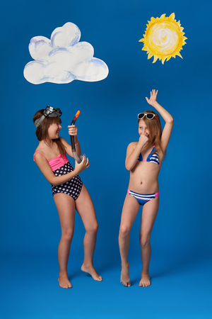 Beautiful girls in swimsuits and sunglasses, fun, dance and show emotions. Standard-Bild