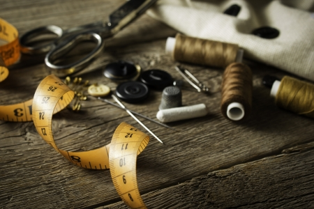 coser: Accesorios de costura en el fondo de madera