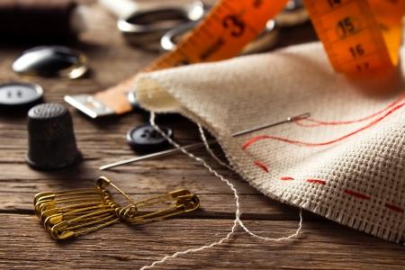 Accesorios de costura en el fondo de madera