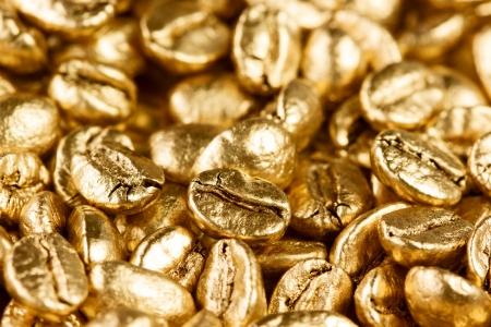 Vista de cerca de los granos de caf� de oro