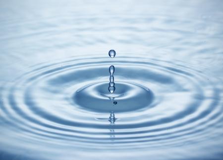 아래로 떨어지는 푸른 물 드롭