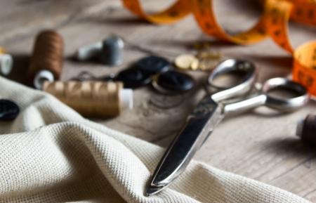 Accesorios de costura en la mesa de madera
