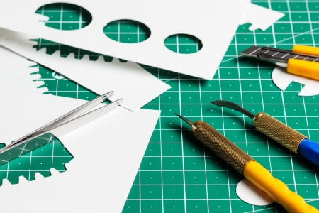 blade cut: Cutting mat with paper and tools  Stock Photo