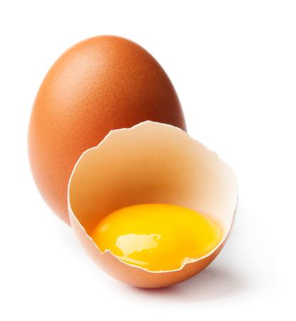 白い背景上に分離されて壊れた卵