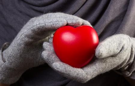 Coraz�n rojo en las manos de mujer Foto de archivo