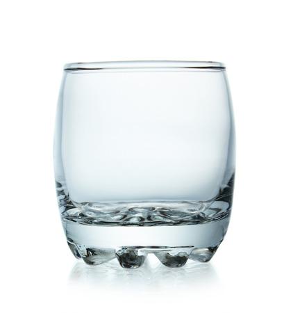 Vaciar de vidrio aislado sobre fondo blanco