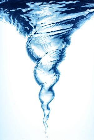 bomba de agua: Whirlpool bajo el agua en el agua azul transparente limpia