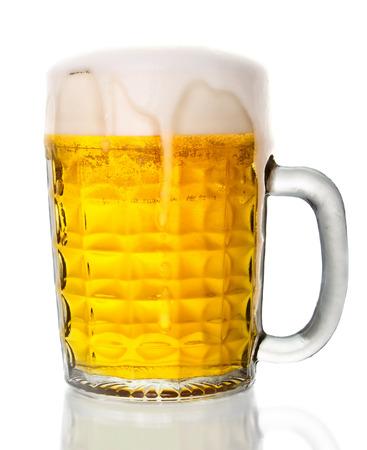 La cerveza en vaso aislado sobre fondo blanco