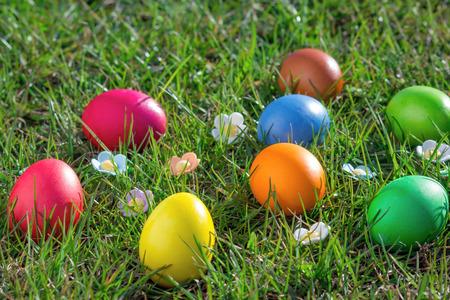녹색 잔디에 부활절 달걀