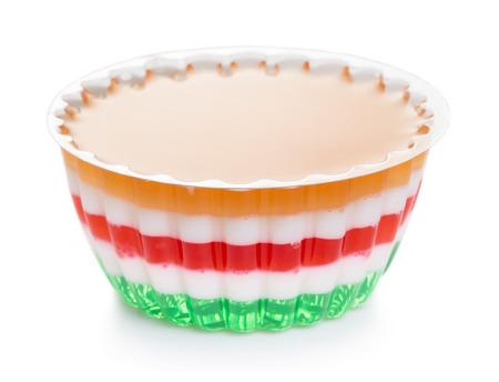 gelatina: Fruta y leche jalea aisladas sobre fondo blanco