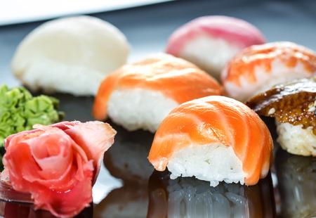 japanese sake: Cocina Japonesa - Sushi Set en un plato negro Foto de archivo