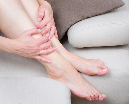Cierre de vista de las piernas de mujer cansada en el sof�