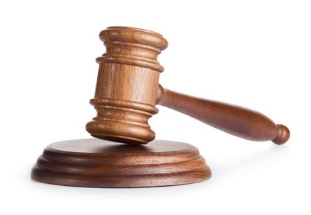 Martillo juez de madera aislada sobre fondo blanco