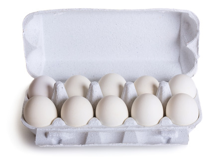 reliably: Fresh raw eggs in box isolated on white background