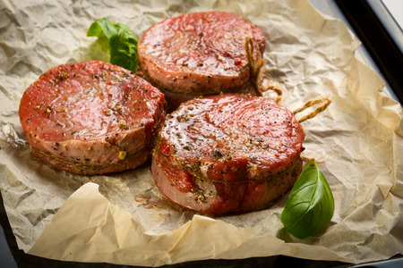haut: Medallions of Beef Fillet on paper for baking