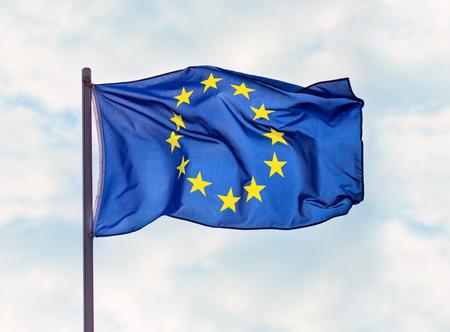 푸른 하늘 배경 위에 유럽 연합의 국기