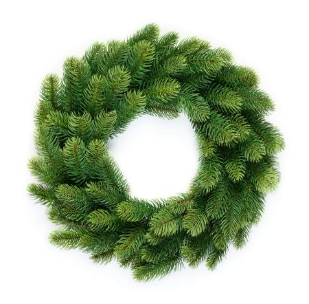 Tradicional corona de Navidad verde aislado sobre fondo blanco Foto de archivo