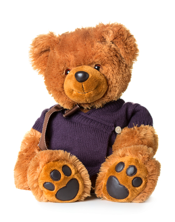 oso de peluche: Osito de juguete que llevaba una chaqueta de punto aislado en el fondo blanco Foto de archivo