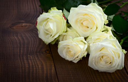 atmosfera: Ramo de flores rosa blanca en la mesa de madera. espacio de la copia Foto de archivo