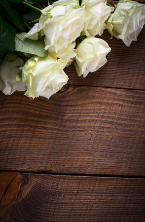 bouquet fleur: Bouquet of white rose flowers on wooden table. Copy space