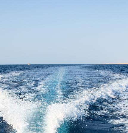 Achtergrond wateroppervlak achter snel bewegende motorboot