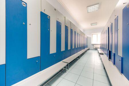Lichtsport gemeinsame Umkleide mit Schließfächern blau und weiß verschlossen Standard-Bild