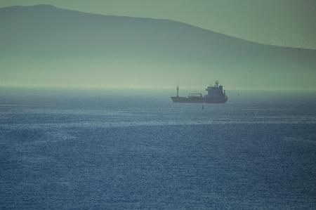 Frachtschiffe, die bei nebligen Wetter darauf warten, in den Hafen von Novorossiysk einzulaufen Standard-Bild