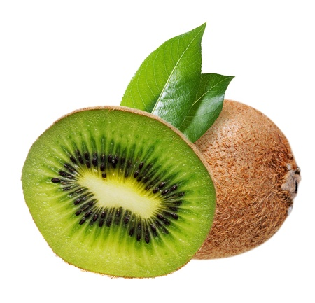 kiwi fruta: El kiwi con hojas aisladas en blanco