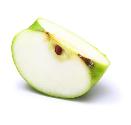 manzana verde: Manzana verde rebanada en el fondo blanco Foto de archivo