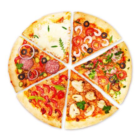 comida italiana: Rebanada de pizza con coberturas diferentes aislados sobre fondo blanco.