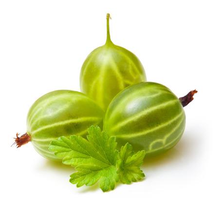 grosella: Grosellas con hojas aisladas en blanco