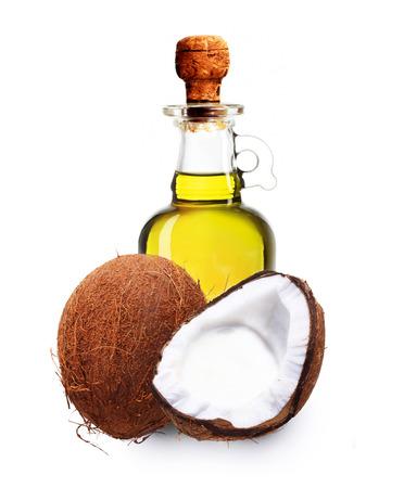 aceite de coco: El aceite de coco aisladas sobre fondo blanco.