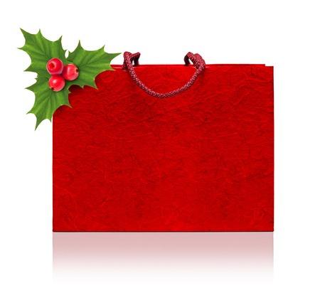 raminho: Saco de compra vermelho e da baga do azevinho ramo em um fundo branco