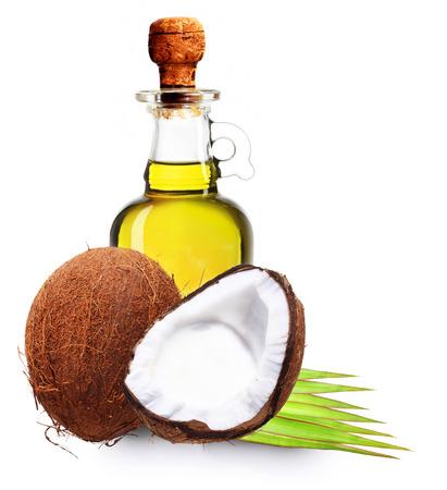 aceite de coco: El aceite de coco, leche y hojas de palmera aislado en blanco.