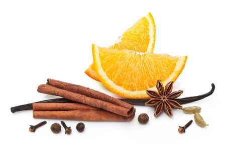 Orange fruit tranche et épices isolé sur fond blanc Banque d'images