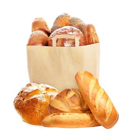 bolsa de pan: Pan fresco en bolsas ecológicas de papel aislado sobre fondo blanco. Foto de archivo