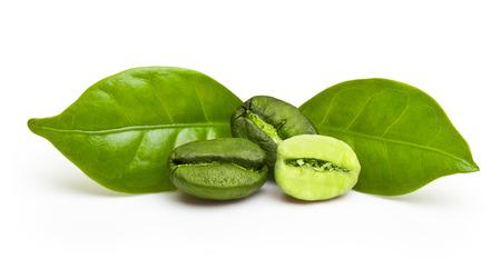 judias verdes: Los granos de café verdes con hojas aisladas sobre fondo blanco. Foto de archivo
