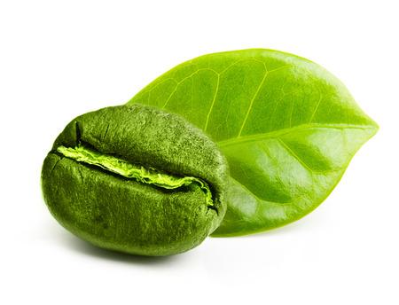 semilla de cafe: Grano de café verde con la hoja aislada en el fondo blanco.