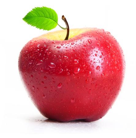 manzana agua: Manzana roja con gotas de agua aisladas sobre fondo blanco.