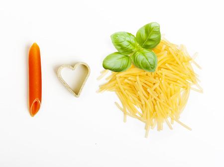 hape: Pasta e foglia di basilico su bianco