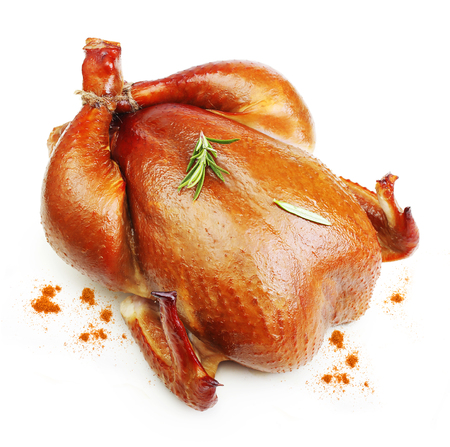 Gebraden kip met rozemarijn kruiden geïsoleerd op een witte achtergrond.