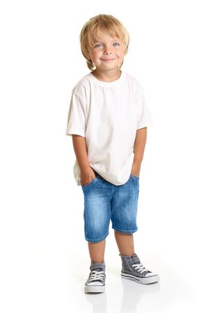 Glücklicher kleiner Junge, isoliert auf weißem Hintergrund