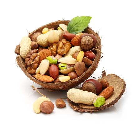 Noix dans la noix de coco fissurée isolé sur fond blanc.
