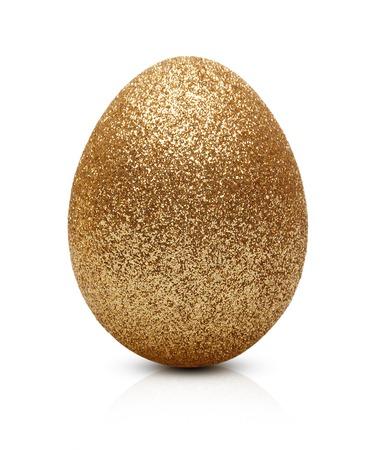 huevo: Huevo de Pascua de oro aislado en el fondo blanco