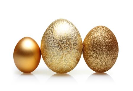huevos de pascua: Los huevos de Pascua de oro aislado en el fondo blanco