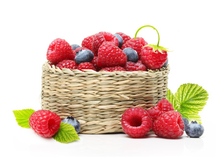 corbeille de fruits: Raspberry and blueberry in basket isolated on white background Banque d'images