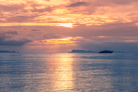 Sunrise tropical sky cloud over sea paradise background in Hawai Banque d'images - 119248411
